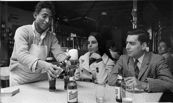 Mario Vargas Llosa y Patricia Llosa en el bar limeño La Catedra en 1969