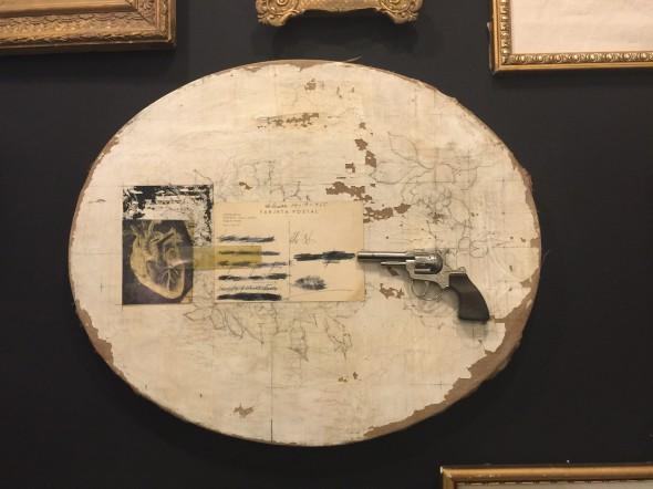 Pistola. Disparo certero a través del futuro. Obra de la artista Berta López.