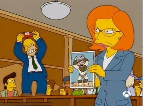 """Homer trata de abrir una cerveza mientras una abogada de Nueva York muestra un dibujo de lo que sería """"el eslabón perdido"""" entre el hombre y el mono. (Cortesía FOX y Antena3)."""
