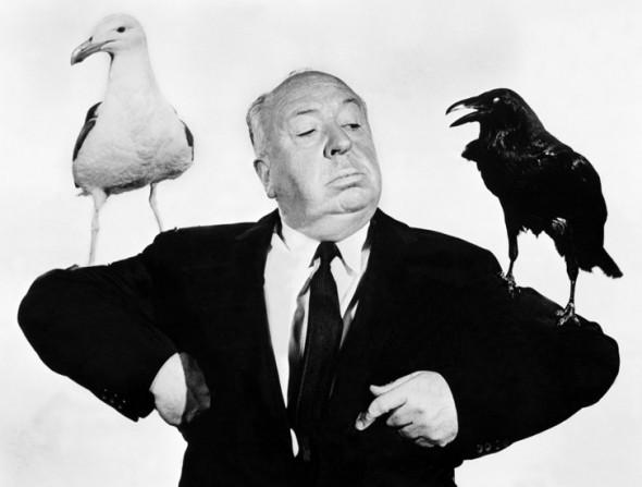 El director de cine Alfred Hitchcock en una imagen promocional de 'Los pájaros'.