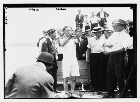 Houdini a punto de hacer un número de escape. Fotografía cedida por la biblioteca del Congreso de Estados Unidos.