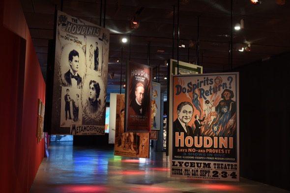 Carteles en la exposición de Houdini en el Espacio Funcadión Telefónica.