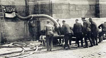 Soldados alemanes inundan la cripta de la iglesia