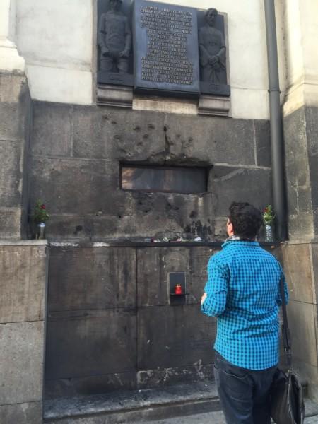El autor, ante la cripta donde murieron los resistentes