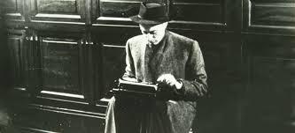 Indro Montanelli, a pie de calle, con su máquina de escribir