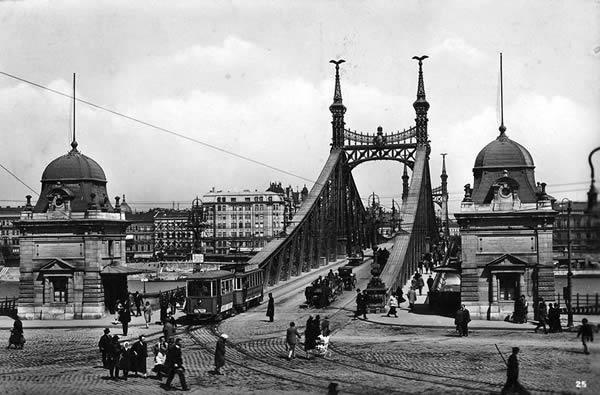 El Puente de la Libertad de Budapest a principios de siglo. Fotografía de la web verbudapest.com que ayuda a viajeros de todo el mundo a conocer la ciudad.