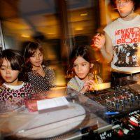Padres y niños se convierten en dj's por una tarde en Alhajadú. Foto: Roberto Villalón.