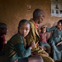 El dueño de una plantación y su familia en casa en la región de Amaro en Etiopía. 2014. Foto: Steve McCurry.