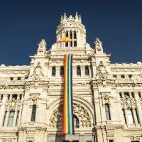 Bandera gay en el Ayuntamiento de Madrid. Foto: Pixabay.