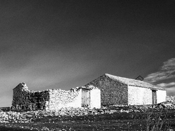 Dos casas, una de ellas derruida, en la zona de Montes Universales, el área más despoblada de todo el territorio de la Laponia española.