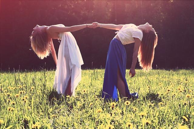 Dos amigas. foto: Pixabay.