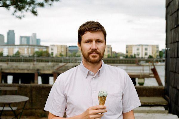 El director de cine Andrew Haigh autor de la épica e intimista película Lean on Pete premiada en Cannes.