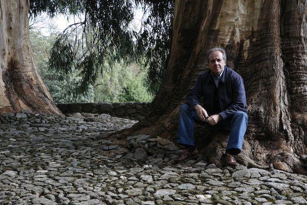 El poeta Álvaro Valverde en el Cementerio Alemán de Yuste. Foto: Salvador Retana.
