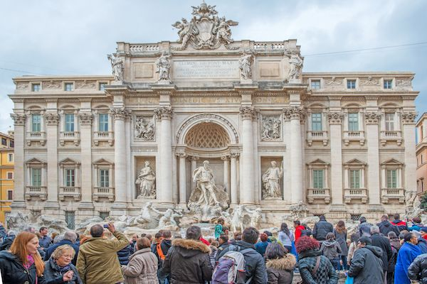 La Fontana di Trevi en Roma asediada por los turistas. Foto: Bengt Nyman / Creative Commons.