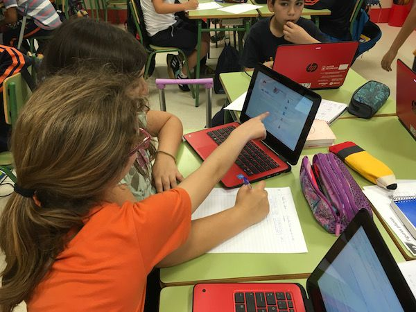 Alumnos utilizando ordenadores para aprender sobre ecología.