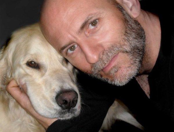 El escritor Alejandro Palomas con su perro.