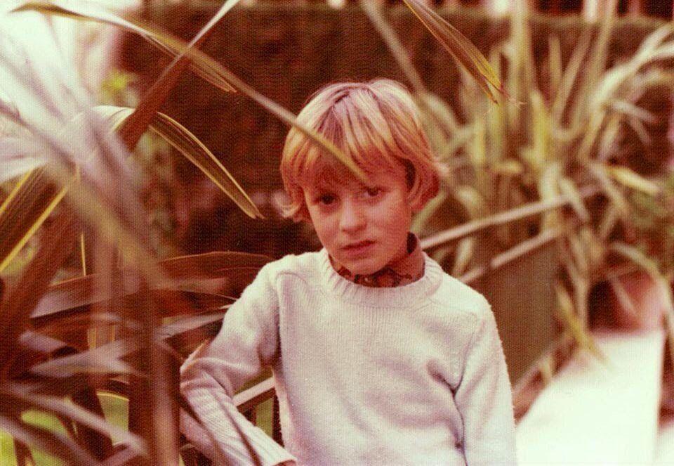El escritor Alejandro Palomas cuando tenía 8 años, la misma edad que Guille, su alter ego, que arranca hoy la sección de 'Cartas al director'.