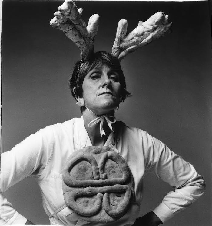 La artista Bobby Baker durante una performance titulada 'Cook Dems' en 1990. Foto: Andrew Whittuck
