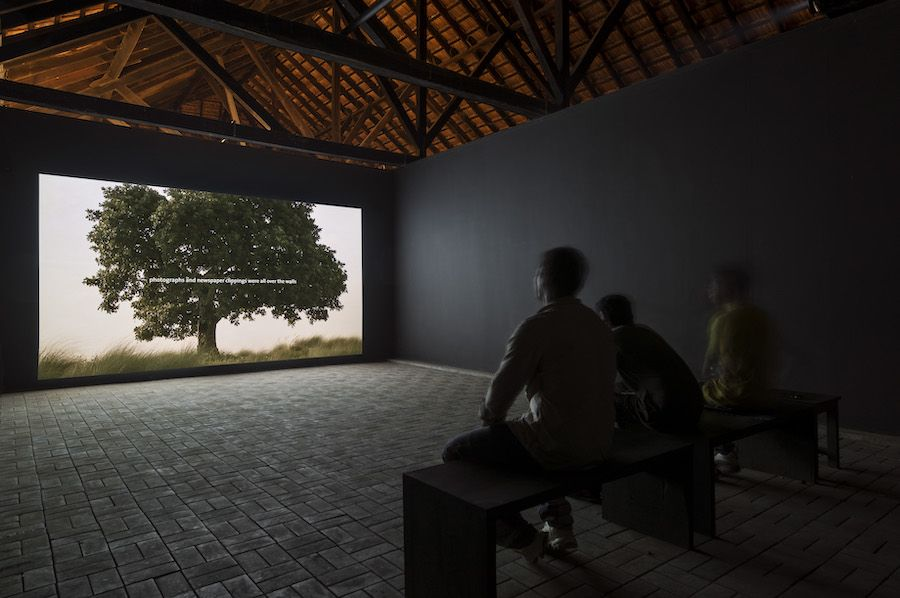 Amar Kanwar. 'La escena del crimen, 2011. Video instalación. The Sovereign Forest. Bienal de Kochi, India 2012. Foto: Dhiraj Thakur.
