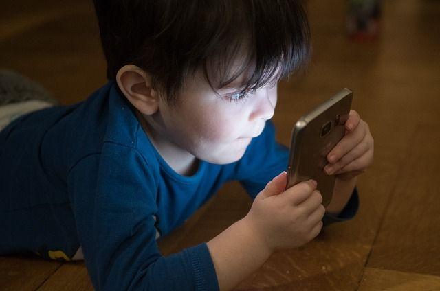 Un niño con un teléfono móvil. Foto: Pixabay.