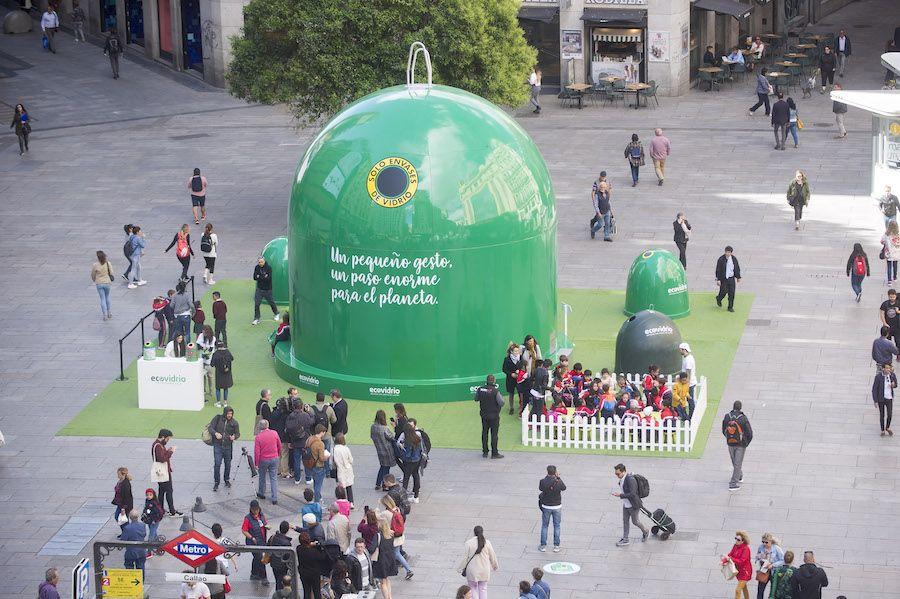 El iglú gigante que Ecovidrio ha instalado en la Plaza del Callao de Madrid.